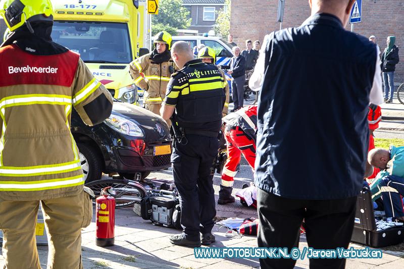 Vrouw komt met haar fiets onder auto terecht bij aanrijding in Sliedrecht.