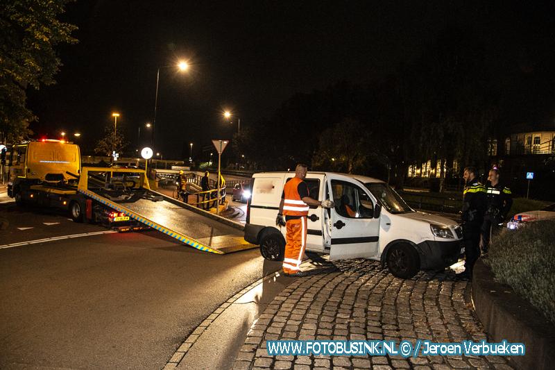 Bestelbusje klapt tegen rotonde aan de Spuiweg in Dordrecht.