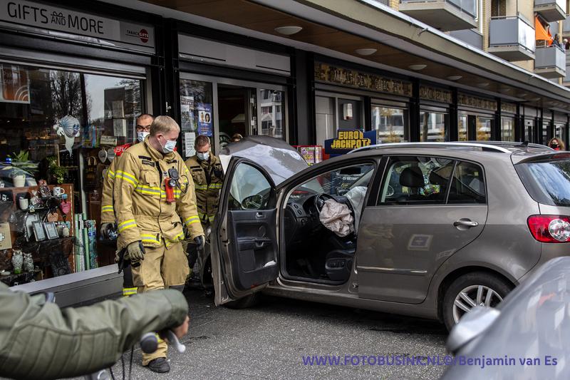 Auto rijdt tegen winkelpui aan het Admiraalsplein in Dordrecht.