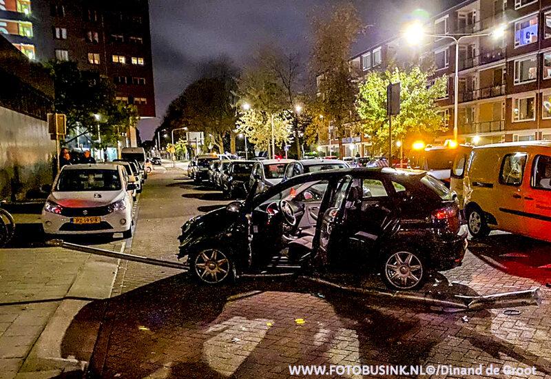 Personenauto klapt op lantaarnpaal aan de Deltalaan in Sliedrecht.