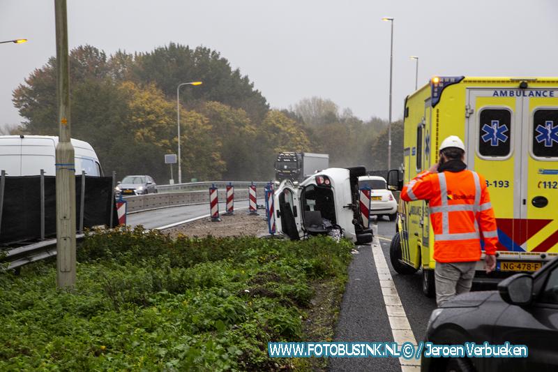 Auto op zijn kant bij eenzijdig ongeval N3 Dordrecht.