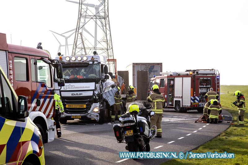 Vrachtwagen ramt andere vrachtwagen aan de Wieldrechtse Zeedijk in Dordrecht.