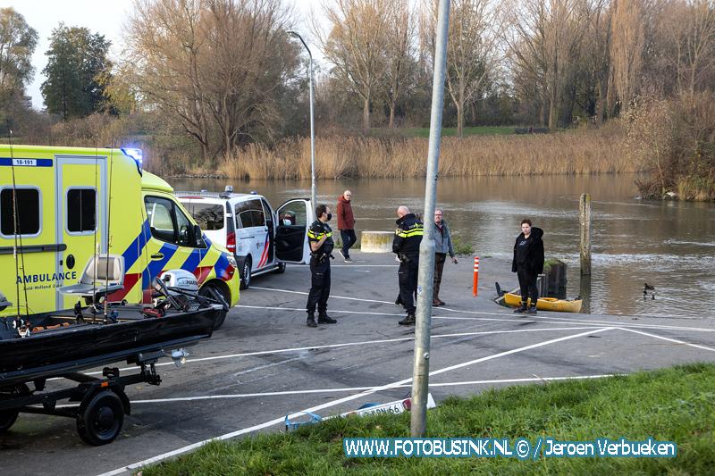 Vissers redden man uit water bij het Vissertje in Dordrecht.