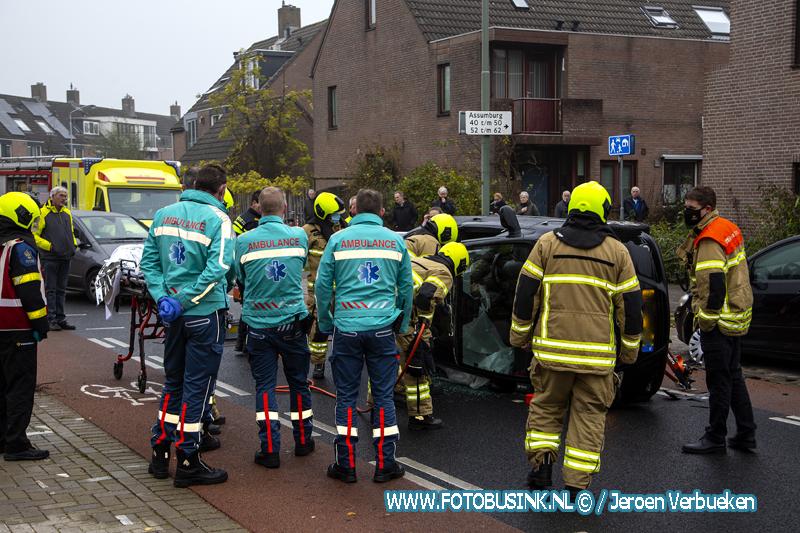 Auto op zijn kant aan de Assumburg in Dordrecht.