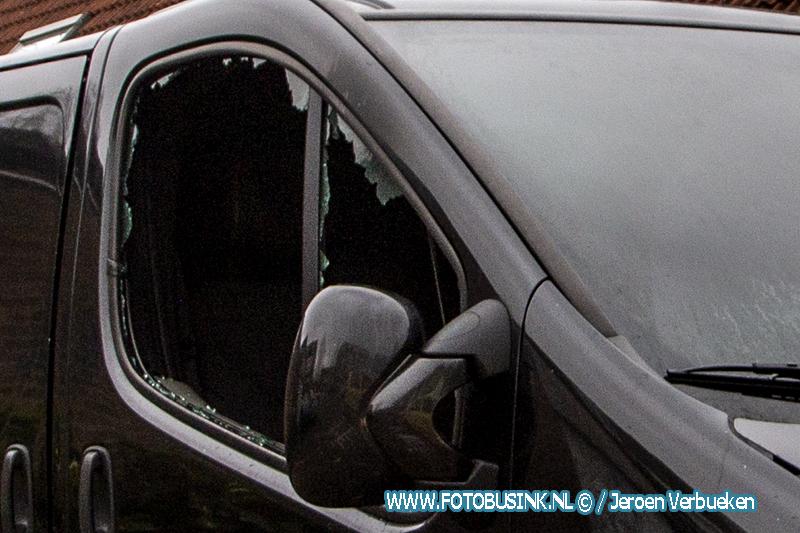Bedrijfsbusje zwaar beschadigd na brand aan het Suze Groeneweg-Erf in Dordrecht.