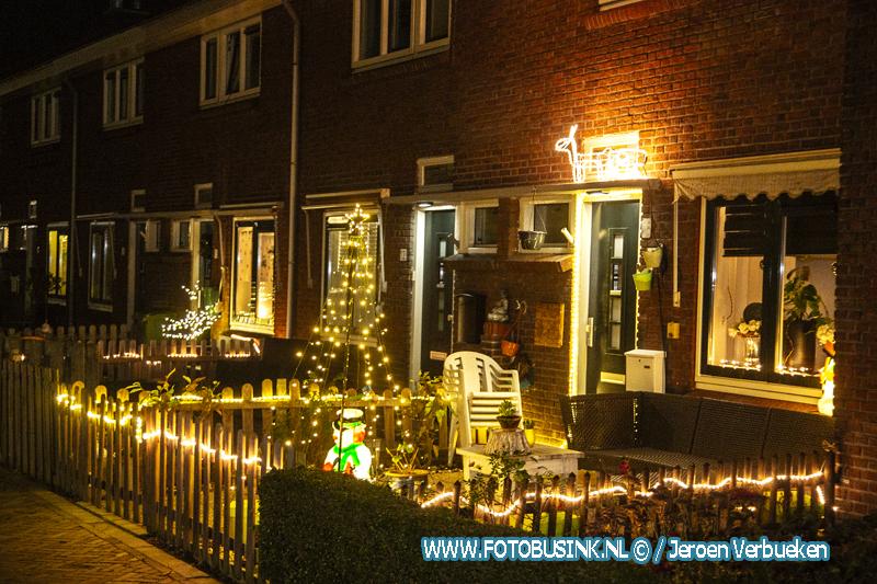 Huizen in Zwijndrecht vol met lichtjes en versieringen.
