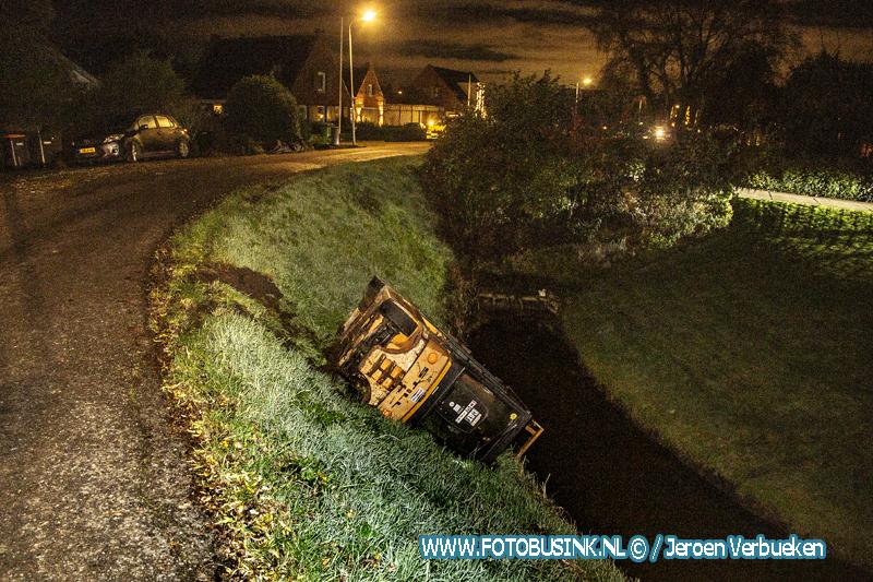 Heftruck rijdt van de weg en komt in beneden gelegen sloot terecht aan de Develweg in Heerjansdam.