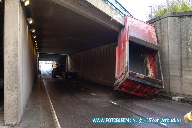 Tractor rijdt met kiepwagen tegen viaduct Laan der Verenigde Naties aan.