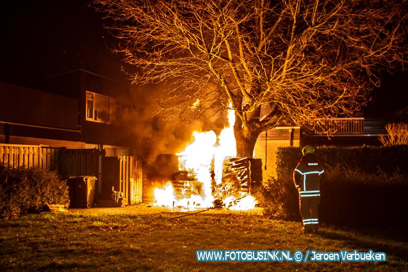 Uitslaande brand verwoest schuur aan de Pijnenburg in Dordrecht.