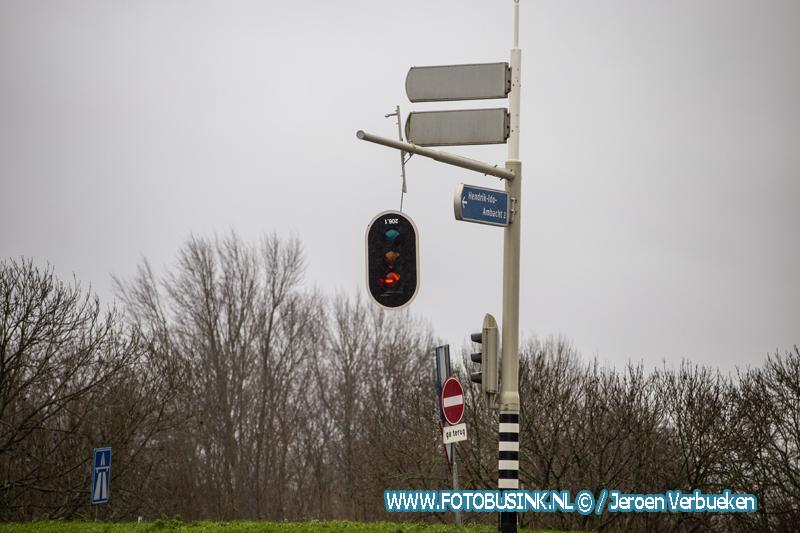 Gevaarlijk loshangend verkeerslicht in Hendrik-Ido-Ambacht