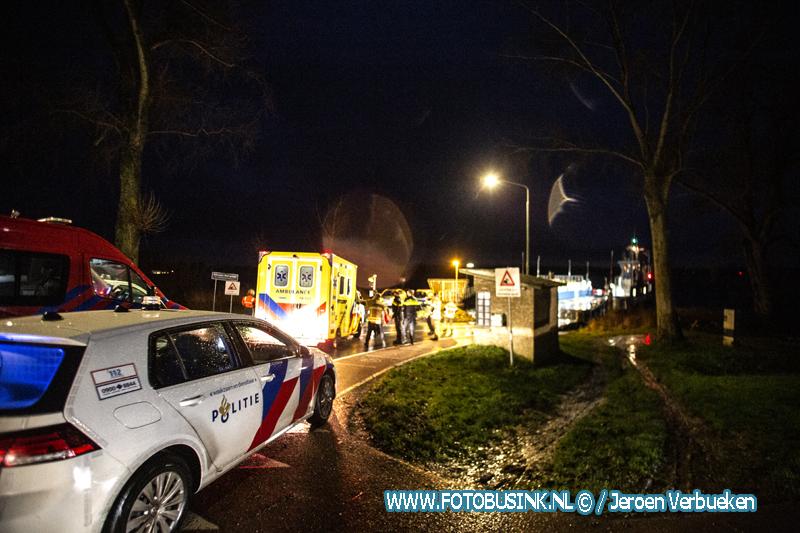 Auto te water bij pontje Werkendam in Dordrecht.
