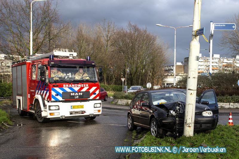 Auto klapt op lantaarnpaal aan de Brugweg in Zwijndrecht.