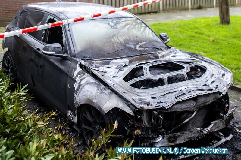 Auto verwoest door brand aan het Van Bosseplantsoen in Dordrecht.