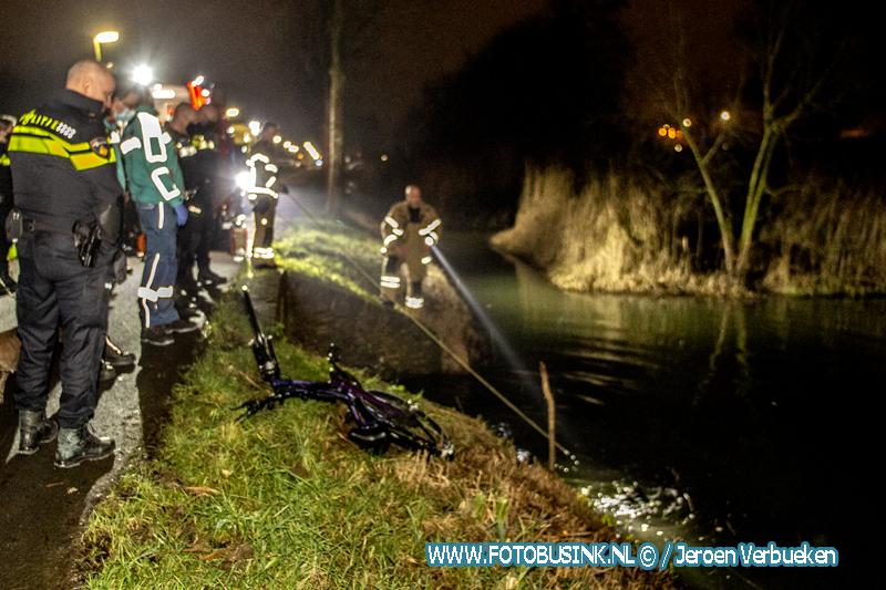 Hulpdiensten massaal opgeroepen voor fiets met licht in water aan de Kilweg in Dordrecht.