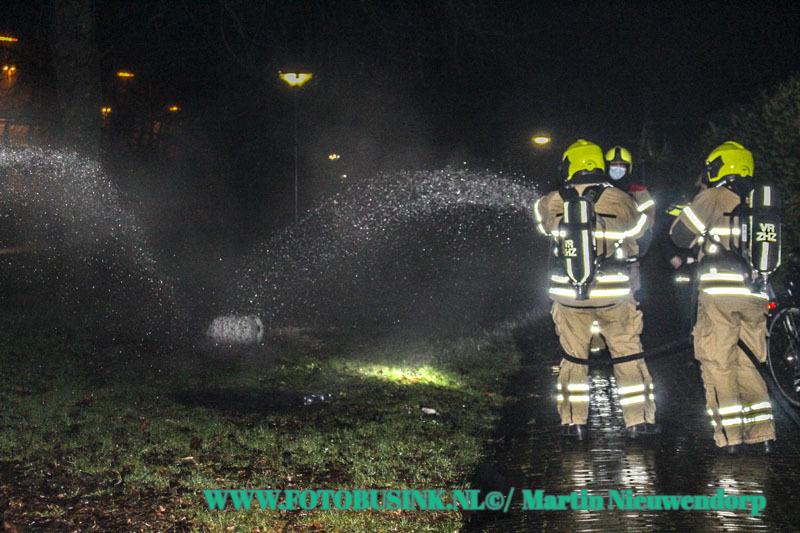 Brandweer opgeroepen voor een gasfles in brand aan de Baijensweer in Hardinxveld-Giessendam.