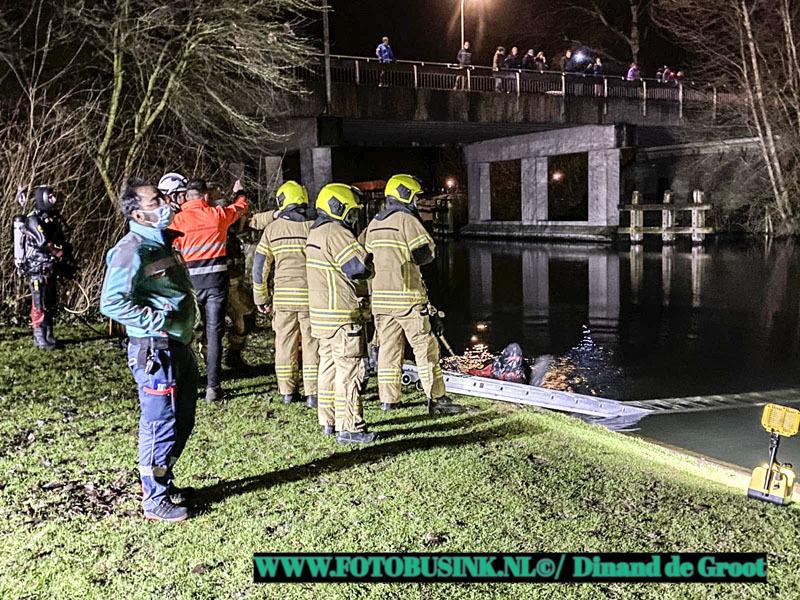 Grote zoektocht in het water aan de Peulenlaan in Hardinxveld-Giessendam