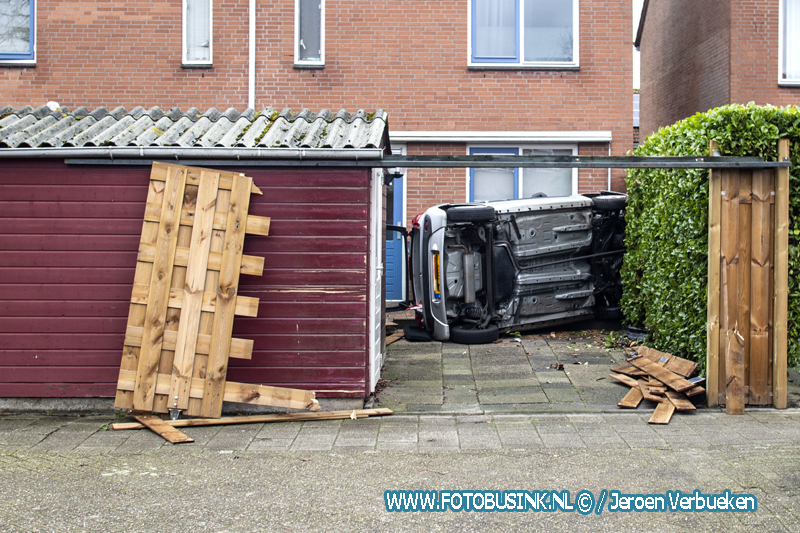 Auto crasht in achtertuin aan de Donizettiplaats in Zwijndrecht.