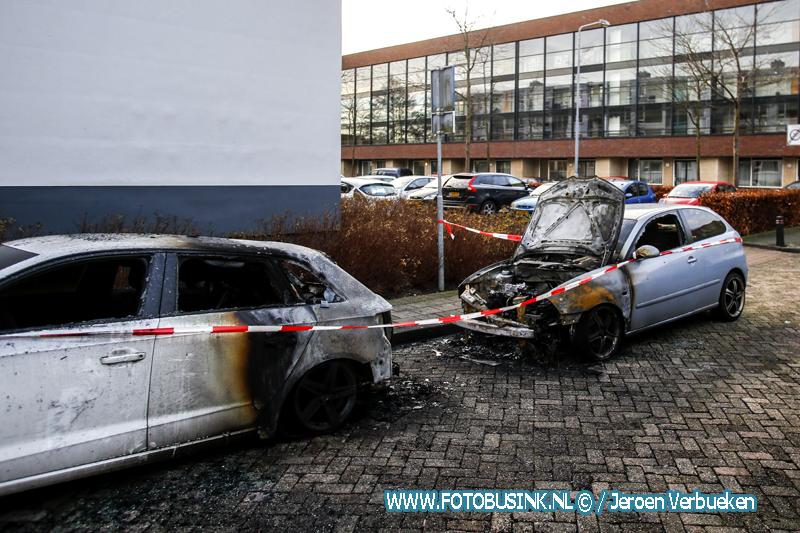 Twee auto verwoest door brand in Alblasserdam.