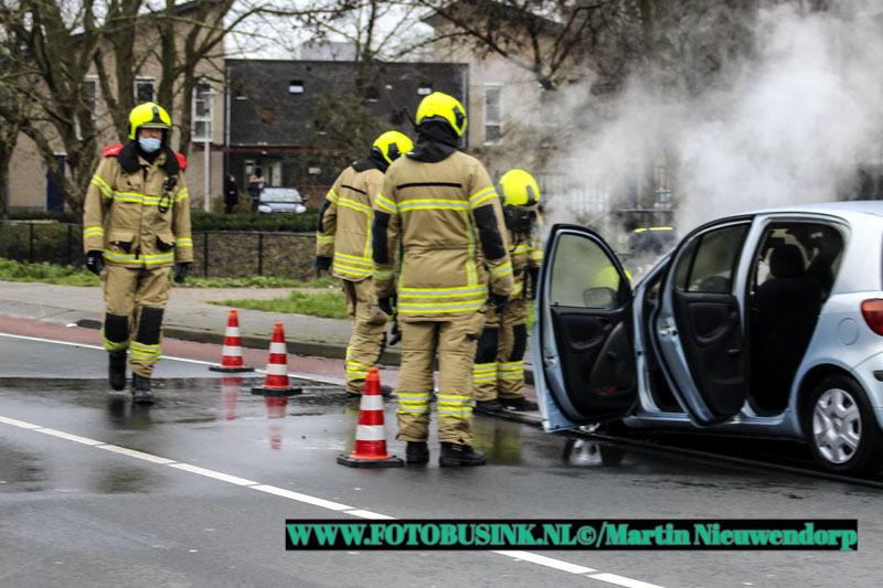 Auto in brand aan de Benedenveer in Sliedrecht.
