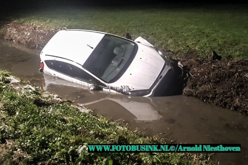 Auto te water aan de Hoogbloklandseweg in Gorinchem.
