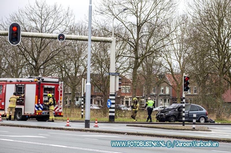 Auto in brand naast BP benzinestation aan de Provincialeweg in Dordrecht.