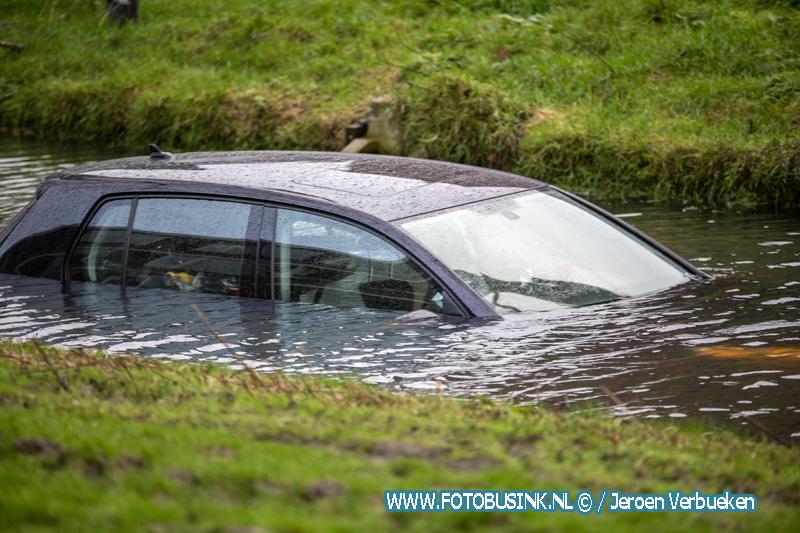 Auto te water Arthur van Schendelstraat in Papendrecht.