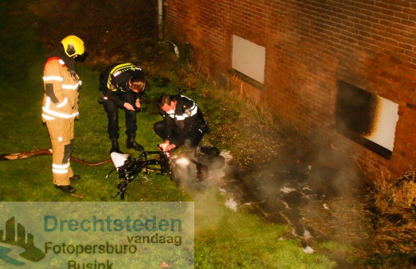 Brommer in brand tegen gebouw aan Zuidendijk Dordrecht