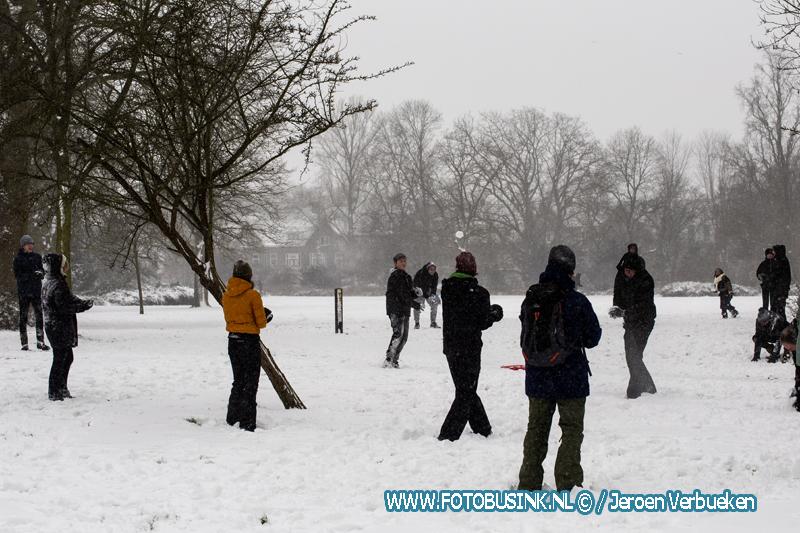 Sneeuwballengevecht in het Weizigtpark in Dordrecht.