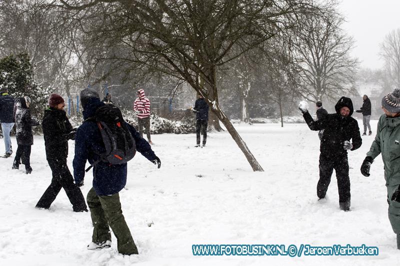 Jong en oud genieten van de sneeuw.