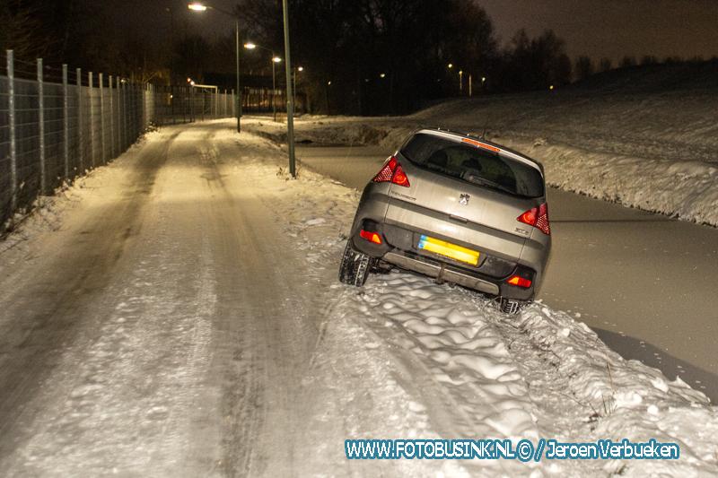 Auto belandt op zijn kop in sloot aan de Middelweg in Dordrecht.