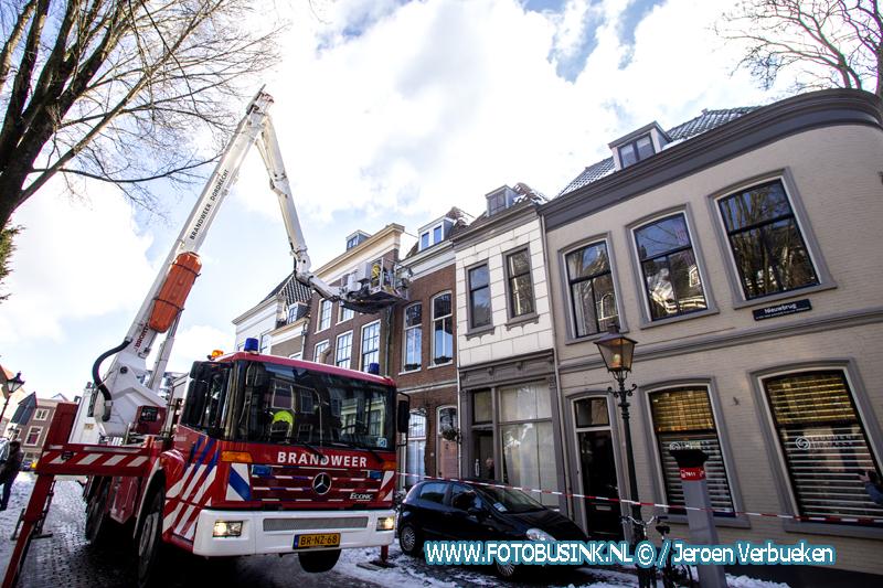 Brandweer verwijdert gevaarlijk hangende ijspegels in Dordrecht.