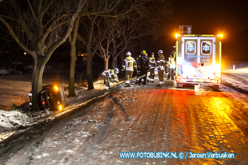 Ongeval Rijksstraatweg Dordrecht auto van de weg op zijn kant