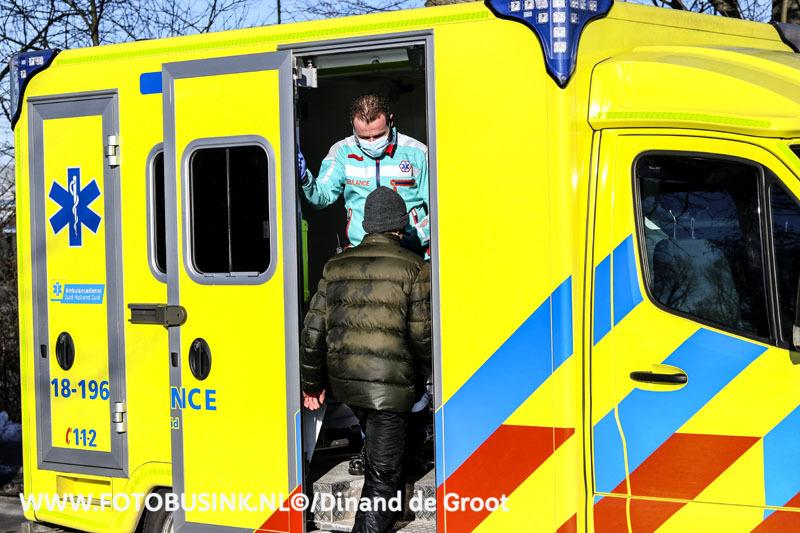 Hulpdiensten massaal opgeroepen voor persoon door het ijs aan de Hakgriend in Hardinxveld-Giessendam.