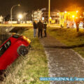 Man rijdt met auto de sloot in aan de Jacobuslaan in Hendrik-Ido-Ambacht.