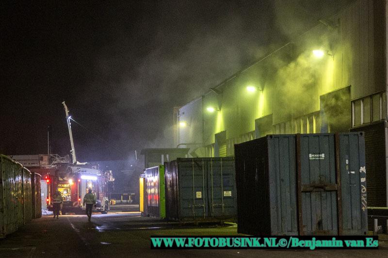 Brandweer maakt middelbrand voor brand bij recyclingbedrijf Coolrec aan de Grevelingenweg in Dordrecht.