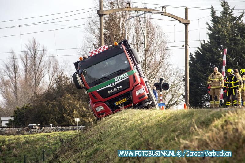 Vrachtwagen raakt gevaarlijk van de weg aan de Wieldrechtse-Zeedijk in Dordrecht