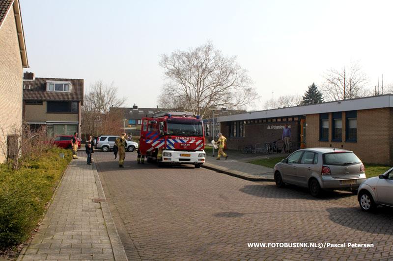 Kindje vast in stoel op Ds J Polyanderschool aan de Atmosfeerstraat in Dordrecht.