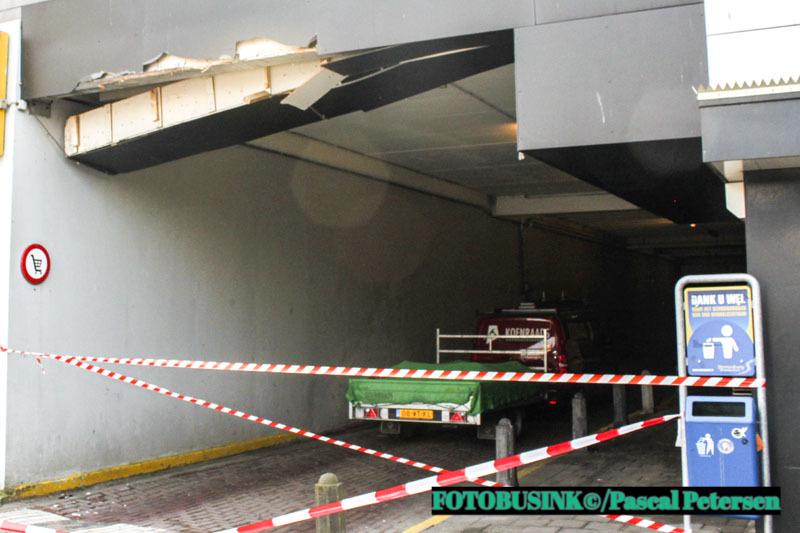 Vrachtwagen ramt tunnel bij winkelcentrum Sterrenburg in Dordrecht.