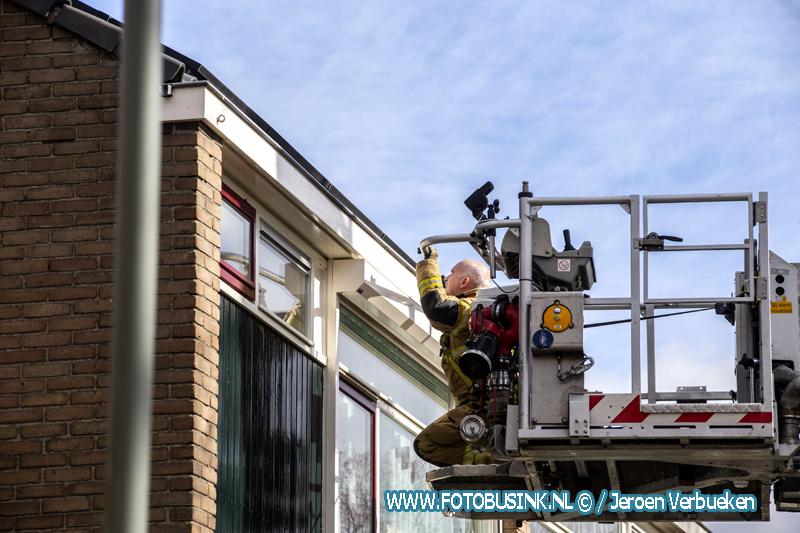 Brandweer opgeroepen voor feestende duiven aan de Damstraat , Brandweerman controleert of alles veilig is.