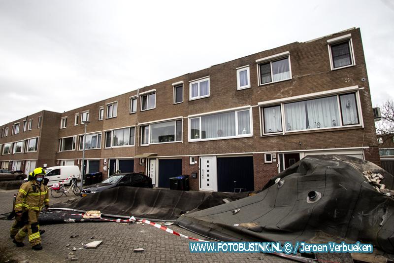 Dakbedekking waait van huizen aan de Damsterdiep in Dordrecht