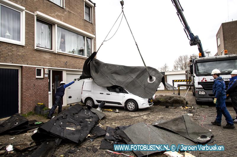 Bedrijven druk bezig met het uitvoeren van noodreparaties aan de Damsterdiep in Dordrecht.