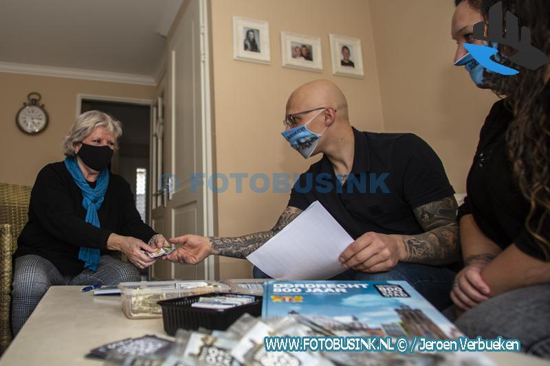 Michel en Debora houden Dordrecht 800 Jaar plaatjes ruilafspraken.