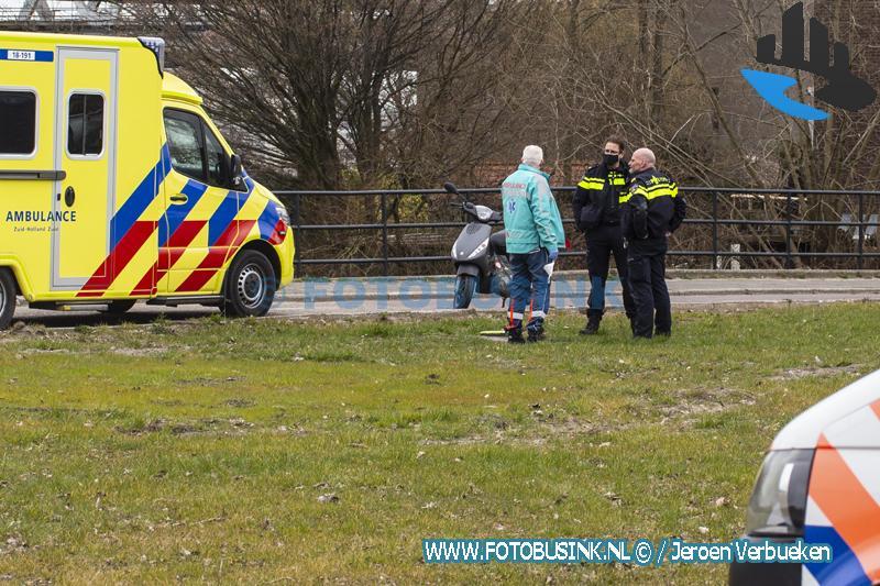 Bestuurster van scooter licht gewond na valpartij aan de Dokweg in Dordrecht.