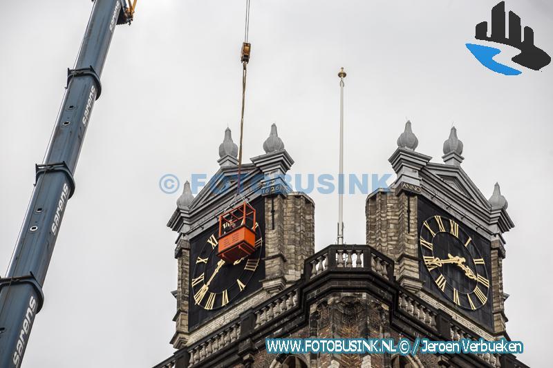 Grote kerk in Dordrecht heeft zijn vlaggenmast terug.