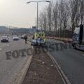 Auto vliegt uit de bocht aan de Mijlweg in Dordrecht, 1 persoon naar ziekenhuis