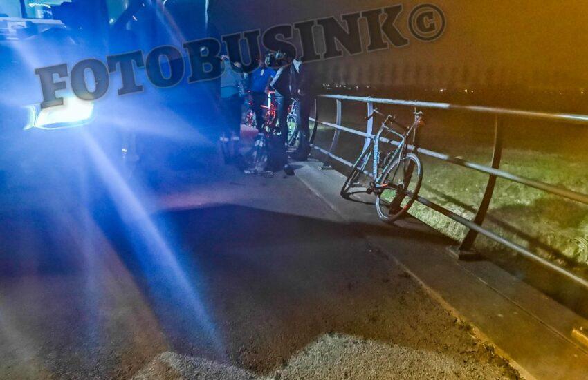 Wielrenners raken gewond na aanrijding met ree aan de Oude Veerweg in Dordrecht