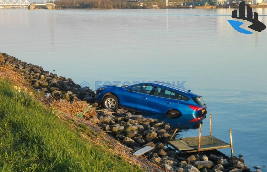 Auto te water aan de scheepvaartweg in Papendrecht