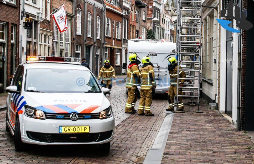 Bewoner rijdt met camper tegen hoge steiger aan de Grotekerksbuurt in Dordrecht