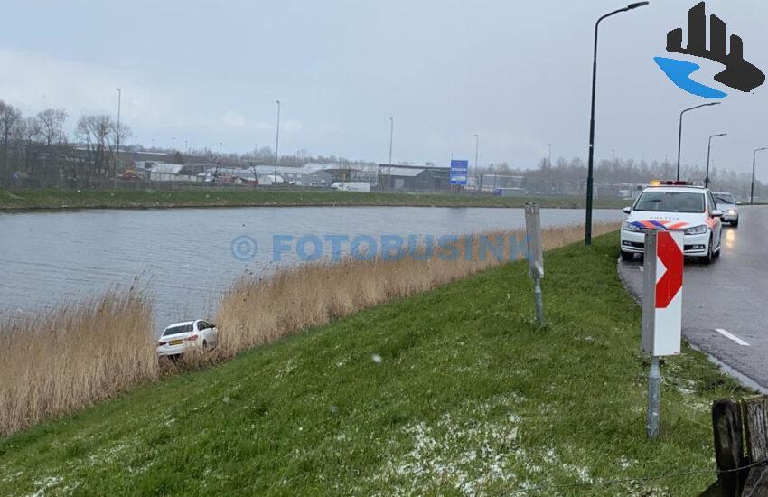Hulpdiensten massaal opgeroepen voor auto te water aan de Rivierdijk in Hardinxveld-Giessendam
