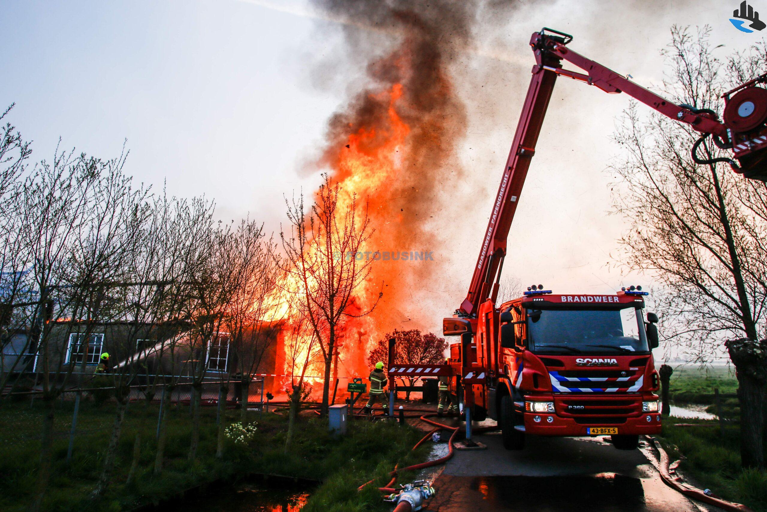 Grote brand verwoest woonboerderij aan de Brandwijksedijk in Brandwijk.